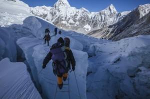 Crevasse Brücke auf dem Mount Everest