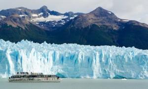 Ausflugsboot vor dem perito Moreno