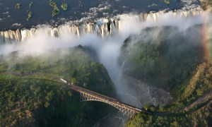 Victoriafälle mit Victoria Falls Bridge